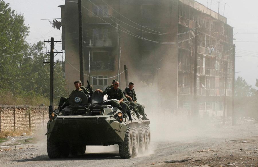 Российские военнослужащие вовремя вооруженного конфликта 2008 года натерритории Южной Осетии. © APPhoto