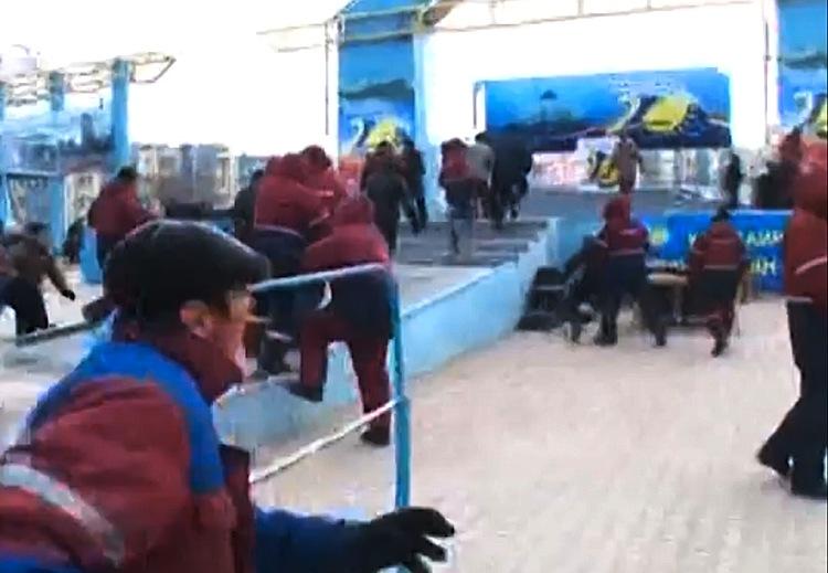 Массовые беспорядки вКазахстане наплощади вЖанаозене. Кадр извидеоролика передачи вYoutube. © Телеканал «K+»