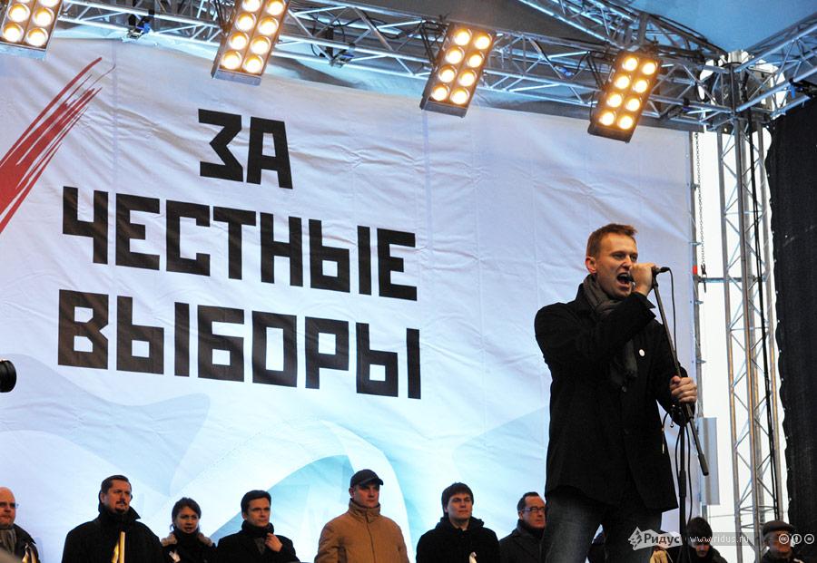 Алексей Навальный обращается кнароду сосцены вовремя митинга «Зачестные выборы» 24декабря 2011 года. © Антон Тушин/Ridus.ru