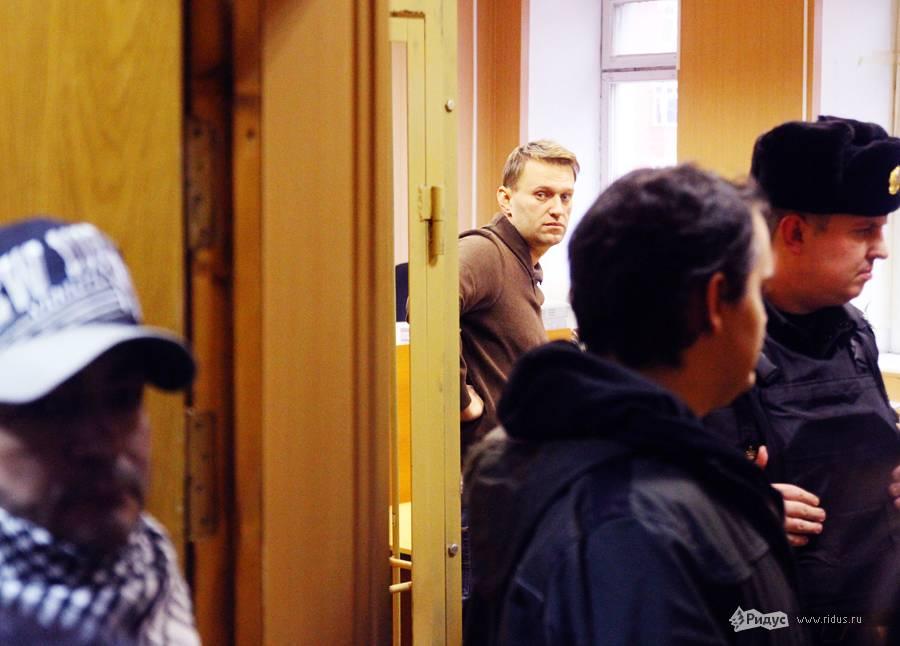 Алексей Навальный (вцентре, надальнем плане) взале Тверского суда 7декабря 2011 года. © Антон Тушин/Ridus.ru