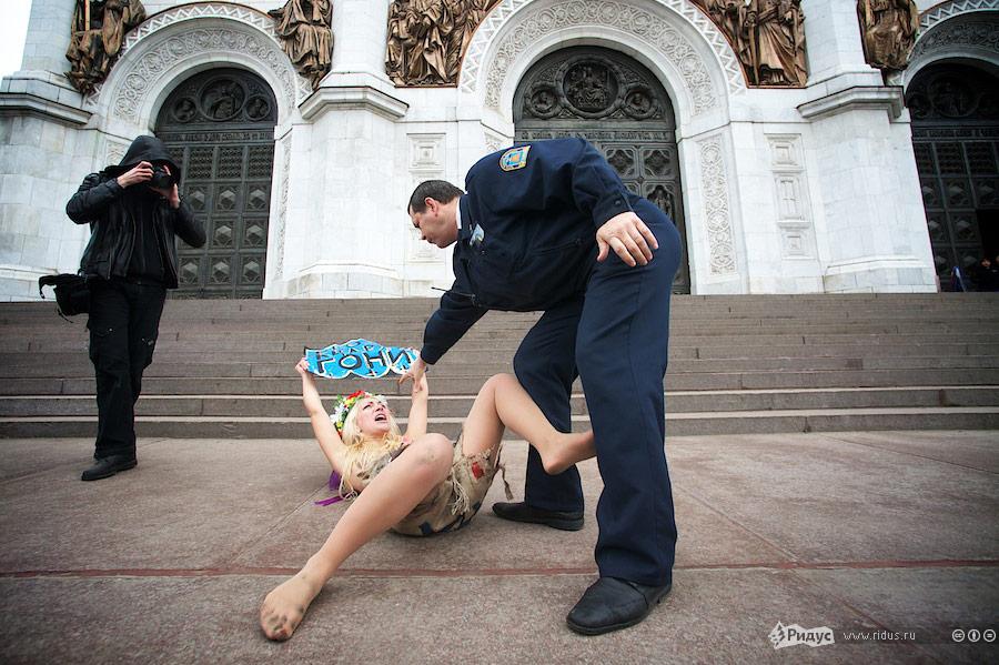 Акция FEMEN уХрама Христа Спасителя вМоскве. © Антон Белицкий/Ridus.ru