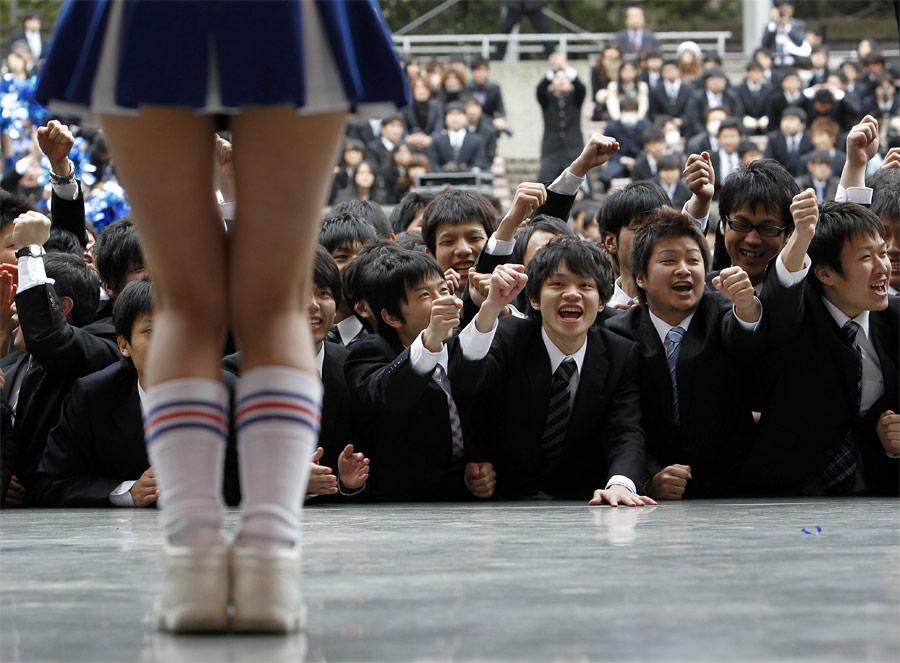 Японские школьники вовремя выступления команды чирлидерш вТокио. © Kim Kyung-Hoon/Reuters