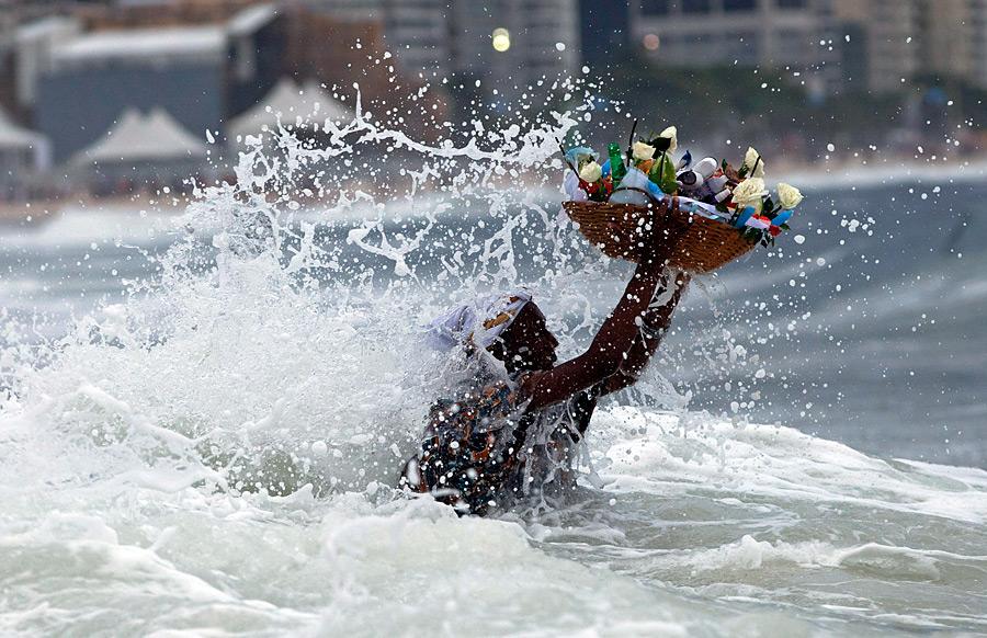 Бразильская верующая преподносит дар богине моря Йеманже вРио-де-Жанейро. © Victor R.Caivano/AP Photo