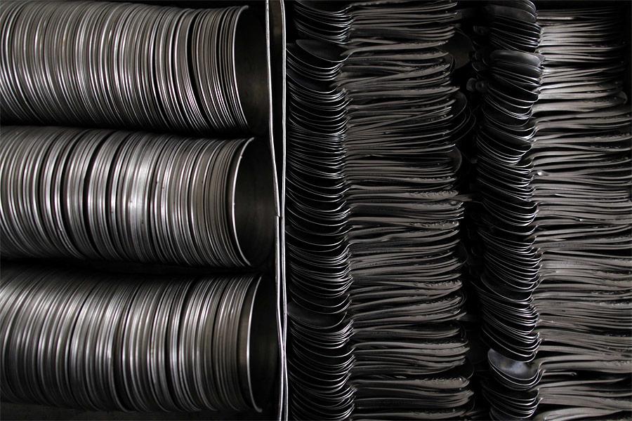 Тарелки иложки вдетском приюте. © Damir Sagolj/Reuters