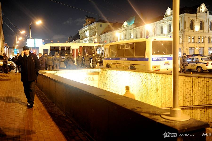Флешмоб заотмену результатов выборов вГосдуму наСтарой площади вМоскве 19декабря 2011 года. © Антон Белицкий/Ridus.ru