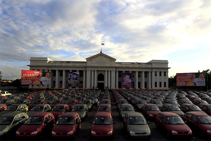 Автомобили «Лада Калина» наплощади Революции вМанагуа. © Oswaldo Rivas/Reuters