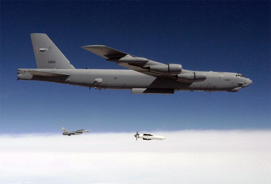 Бомбардировщик B-52 сбрасывает бомбу MOP вовремя испытаний. © DTRA/SCC-WMD