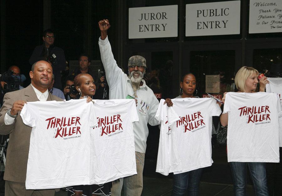 Поклонники Майкла Джексона ожидают вынесения судом приговора. © JASON REDMOND/Reuters