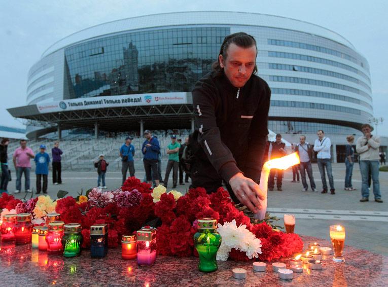 В Минске успортивного комплекса жители приносят цветы впамять опогибших. © Reuters/ Vasily Fedosenko