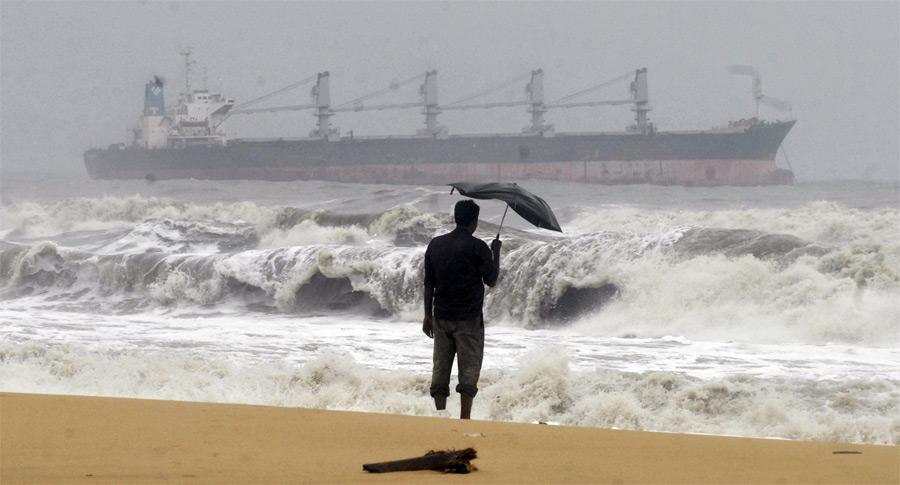 Местный житель смотрит нанеспокойный океан упобережья индийского штата Тамил-Наду после прохождения циклона Тан. © Babu/Reuters