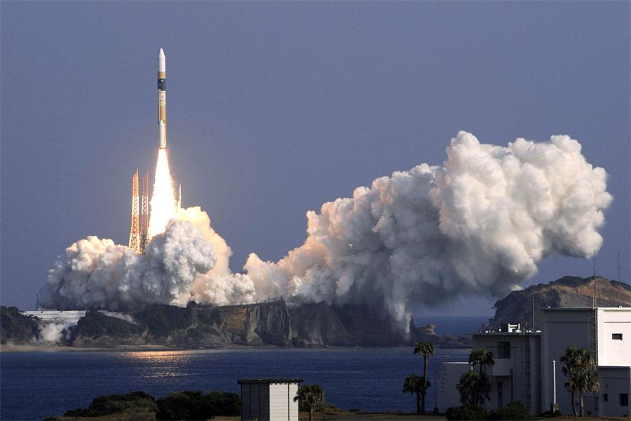 Ракета H-2A сяпонским спутником-шпионом наборту взлетает скосмодрома Танэгасима вЯпонии. © Kyodo/Reuters