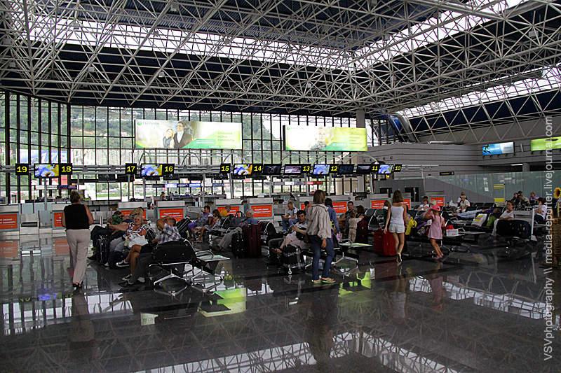 Само здание нового терминала очень огромное пороссийским меркам. Хотя, какой онновый, онуже старый, можно сказать...