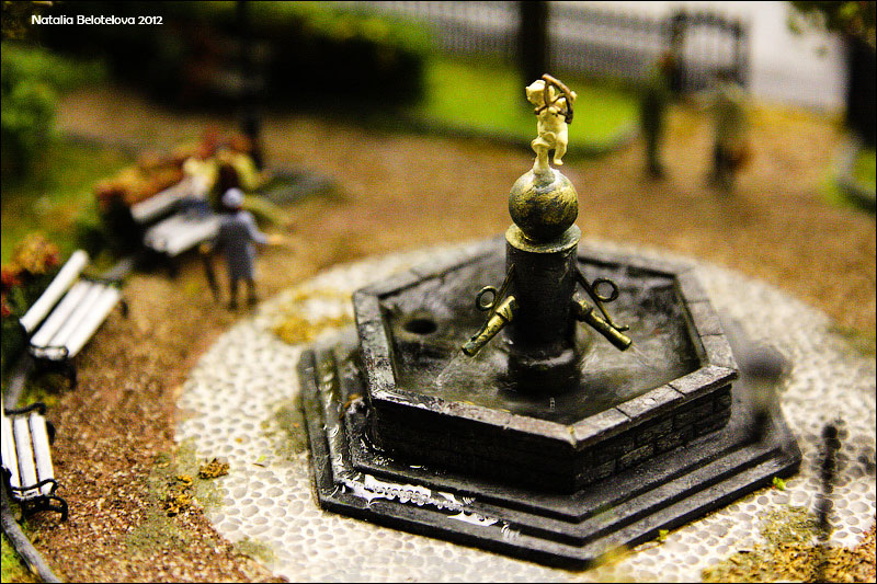 Фонтанчик вближайшем парке снастоящей водой. Можно нажать накнопку, ифонтан начинает работать. © ta_samaya