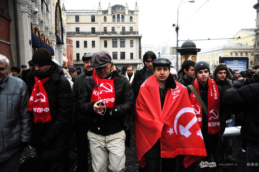 Сторонники коммунистической партии среди митингующих направляются всторону Болотной площади. © Василий Максимов/Ridus.ru