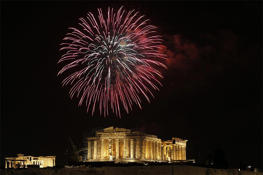 Салют надПарфеноном вАфинах. © John Kolesidis/Reuters