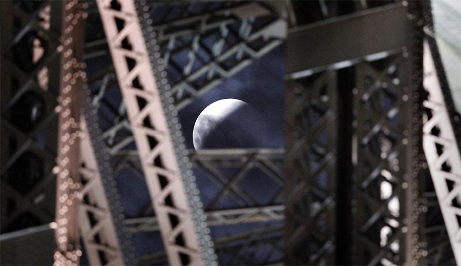 Лунное затмение вСиднее. Сквозь Харбор-Бридж. © REUTERS/Tim Wimborne