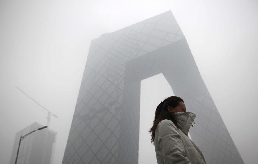Женщина уздания Центрального телевидения Китая (CCTV) вПекине. © China Daily/Reuters