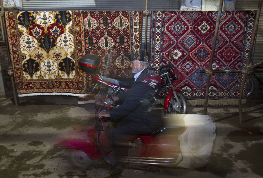 Нарынке ковры продаются прямо подоткрытым небом. © MORTEZA NIKOUBAZL/Reuters