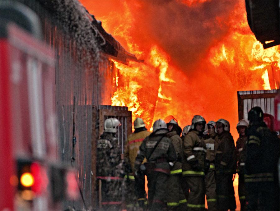 Пожар наодном изскладских помещений вещевого рынка «Таганский ряд» вЕкатеринбурге. © Антон Буценко/ИТАР-ТАСС