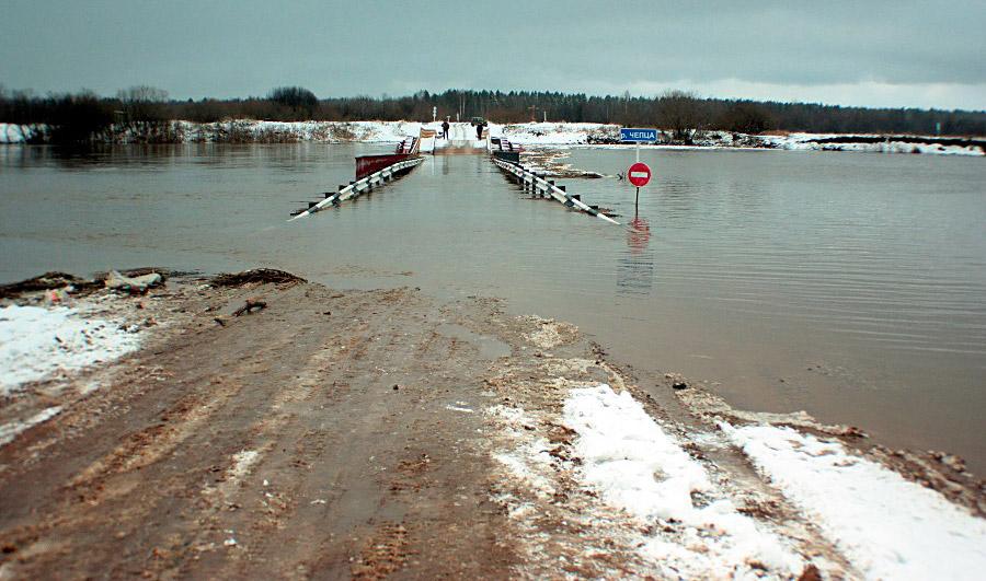К 10ноября вся эстакадная часть наплавного моста оказалась подводой © chepetsk.ru