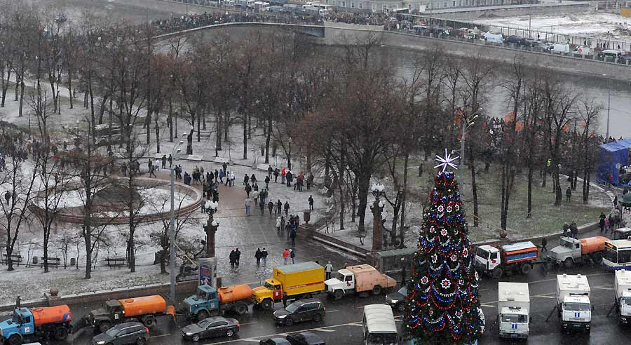 Люди собираются наБолотной площади. Фото Владимир Астапкович/РИА Новости