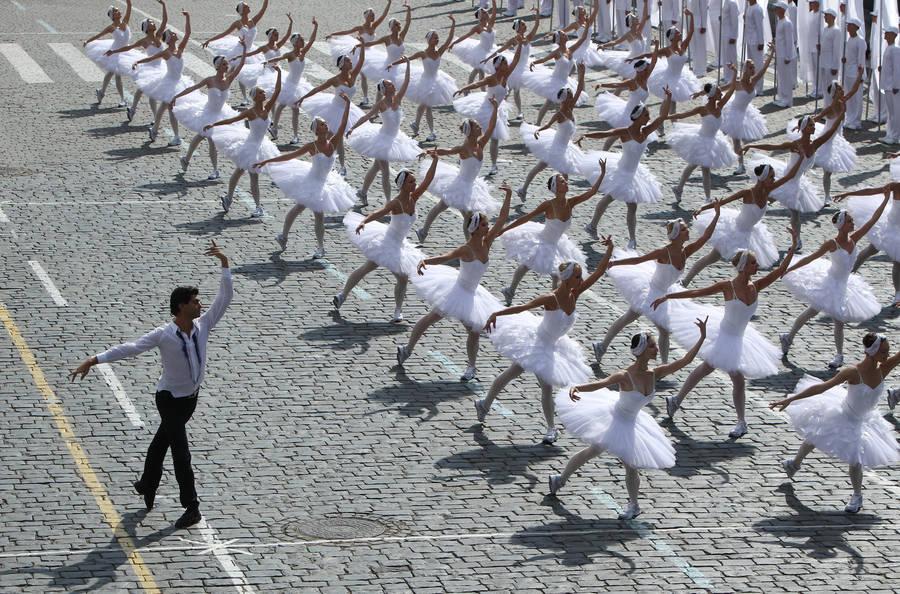 Солист балета Большого театра Николай Цискаридзе (слева) вовремя выступления наторжественной церемонии, посвященной Дню города, наКрасной площади. © Екатерина Штукина/ИТАР-ТАСС