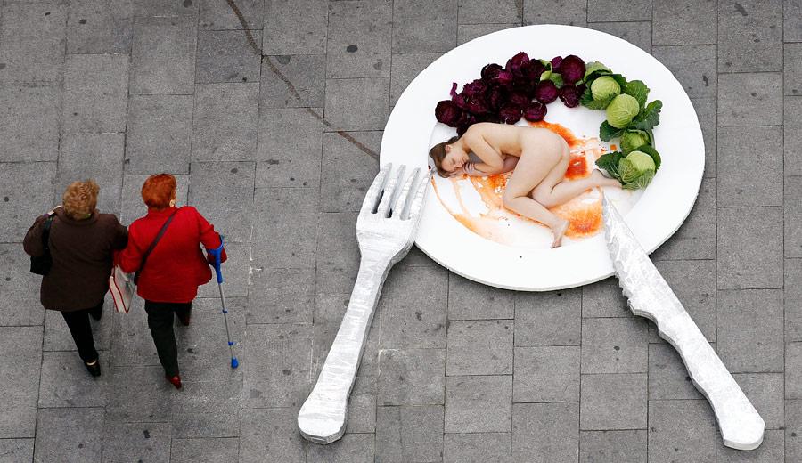 Активисты Animal Naturalis пропагандируют вегетарианство вцентре Барселоны. © Albert Gea/Reuters