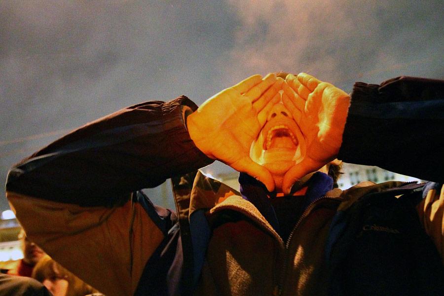 Сторонник Сергея Удальцова вовремя акции уздания мирового суда Тверского района Москвы. © Андрей Стенин/РИА Новости