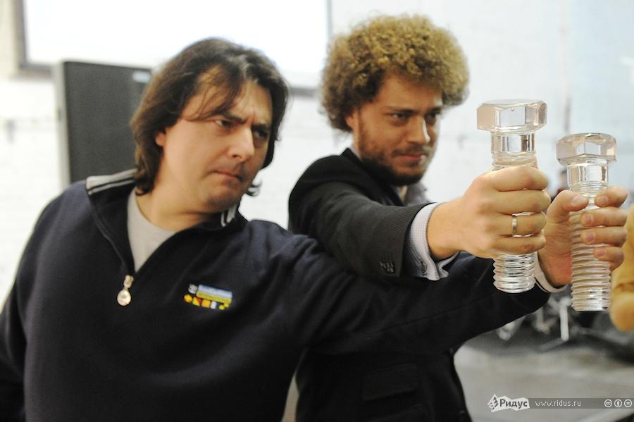 Блогеры Сергей Мухамедов иИлья Варламов позируют со«Стеклянными болтами». © Антон Белицкий/Ridus.ru