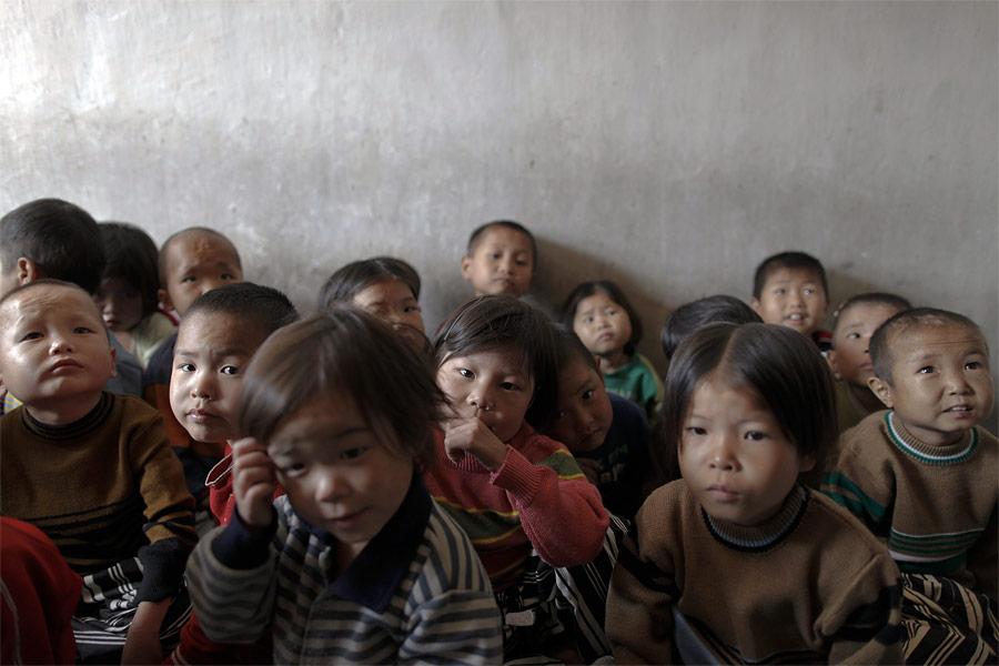 Сироты водном изгоспиталей провинции Хванхэ-Намдо перед медицинским обследованием. © Damir Sagolj/Reuters