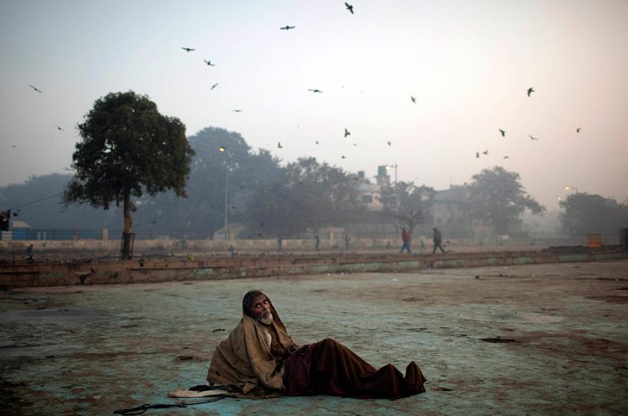 Индийские бездомные сильнее всех страдают отдекабрьских холодов— поночам температура опускается до5градусов тепла. © Kevin Frayer/AP Photo