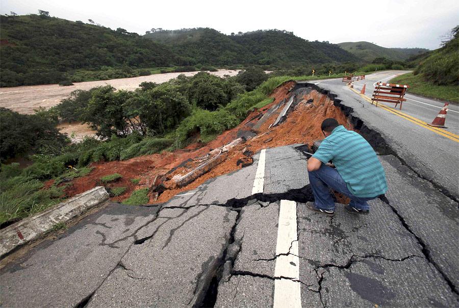 Шоссе неподалеку отгорода Сапукая вБразилии, частично разрушенное из-за сильных ливней, шедших почти две недели. © Ana Carolina Fernandes/Reuters