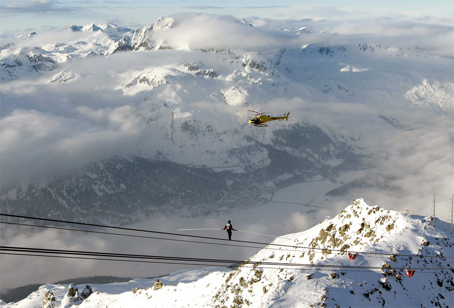 Канатоходец Фредди Нок натросе подъемника нагоре Корвач вШвейцарии. © Arnd Wiegmann/Reuters