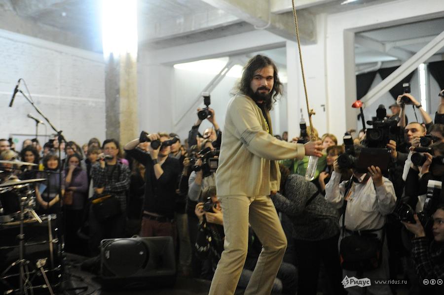 Гость церемонии разбивает «Стеклянный болт». © Антон Белицкий/Ridus.ru