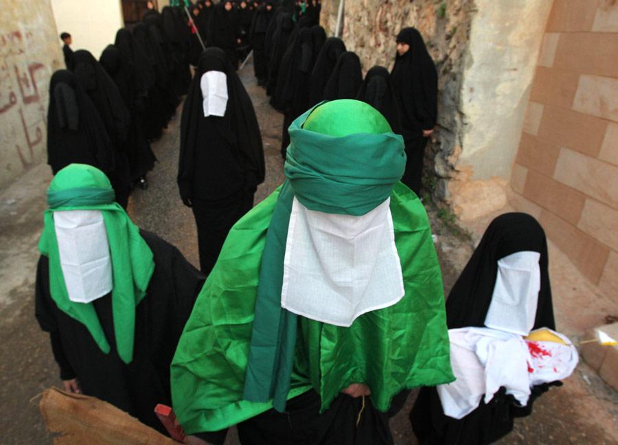 В Ливане мусульмане-шииты инсценировали сражение при Кербеле, когда вборьбе заверу пал мучеником имам Хусейн. © Ali Hashisho/Reuters