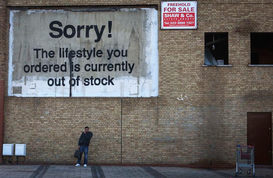 Новое творение английского андерграундного художника граффити иполитического активиста Бэнкси украшает стену делового квартала ввосточной части Лондона. © Finbarr O'Reilly/Reuters