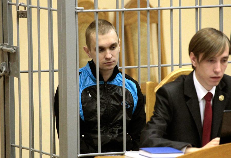 Дмитрий Коновалов (слева), один изобвиняемых поделу овзрыве вМинском метро 11апреля (вцентре), взале суда.© Vasily Fedosenko/Reuters