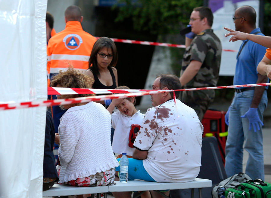 600 спасателей ликвидируют последствия крушения поезда под Парижем