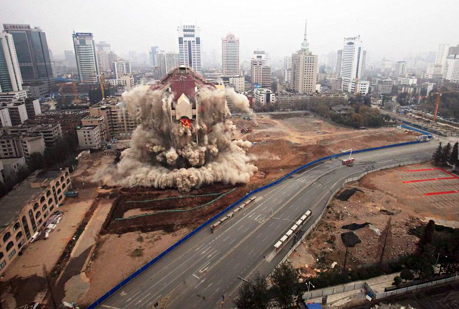 Снос бывшего здания мэрии города Куньмин китайской провинции Юньнань. © China Daily/Reuters