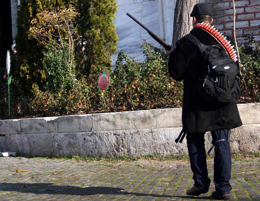 Вооруженный мужчина, открывший стрельбу потуристическим автобусам наплошади Султанахмет. © Osman Orsal/Reuters