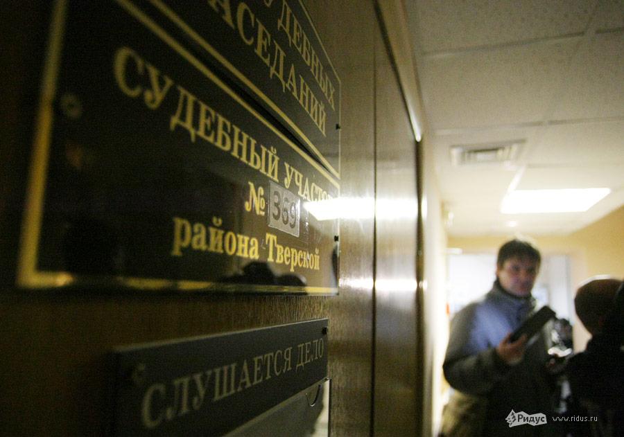В коридоре здания Тверского Суда, где дает показания Алексей Навальный. © Антон Тушин/Ridus.ru