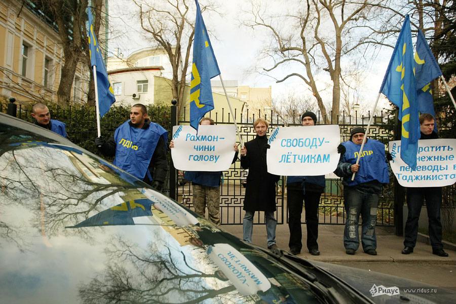 Митинг ЛДПР упосольства Таджикистана вМоскве 16ноября 2011 года. © Антон Тушин/Ridus.ru