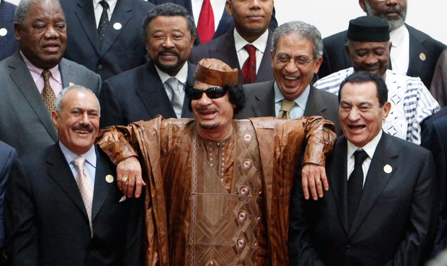 Муаммар Каддафи вовремя встречи вСирте спрезидентом Египта Хосни Мубараком (справа) ипрезидентом Йемена Али Абдуллой Селехом (слева). Архивное фото. © Asmaa Waguih/Reuters