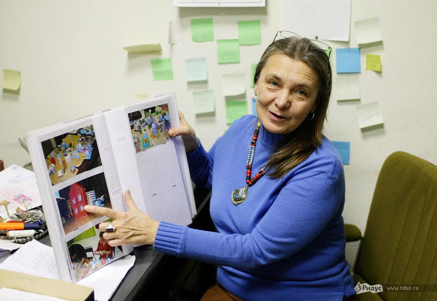 Марина Феликсовна показывает одну изпервых творческих работ Димы — дом мечты © Антон Тушин/Ridus.ru
