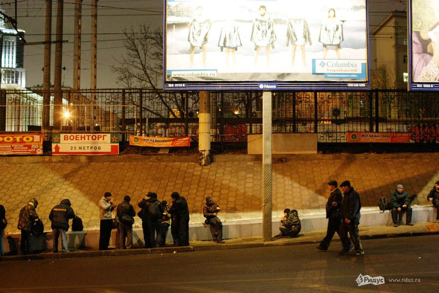 Бездомные ожидают Ночной автобус © Антон Тушин/Ridus.ru