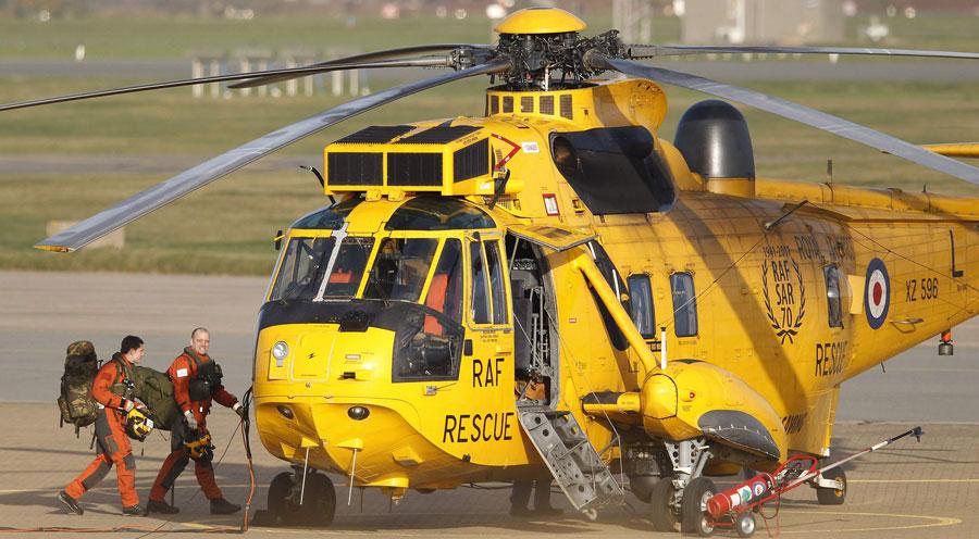 Спасательный вертолет британских ВВС готовится квылету наоперацию сбазы вгороде Холихед. © PHIL NOBLE/Reuters