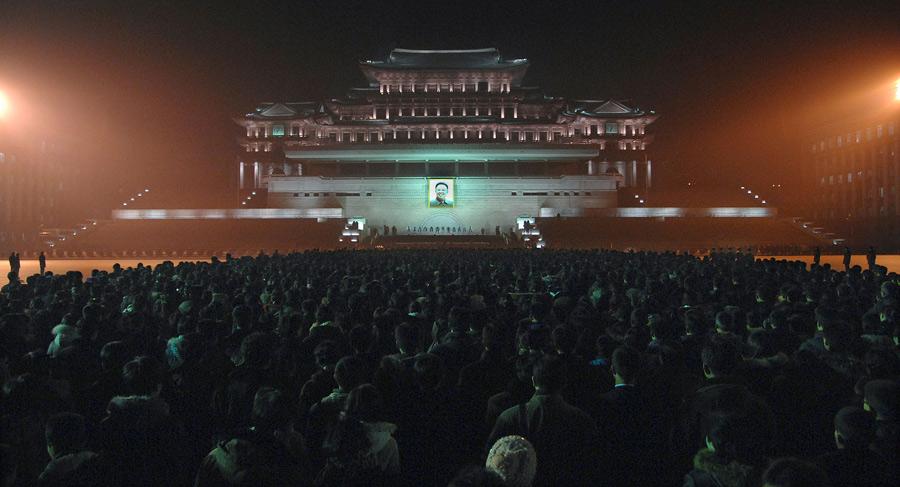 Граждане Северное Кореи оплакивают скончавшегося 17декабря Ким Чен Ира. Толпы людей собрались ранним утром 21декабря наплощади Ким ИрСена вПхеньяне. © REUTERS/KCNA