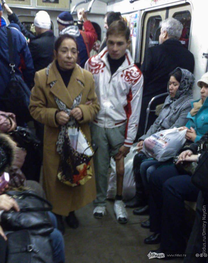 Попрошайка ссыном просит деньги наоперацию упассажиров. © Дмитрий Найдин/Ridus.ru