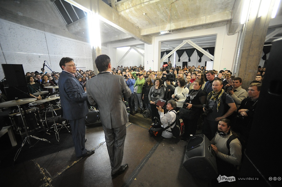 Посмотреть нацеремонию пришло много людей. © Антон Белицкий/Ridus.ru