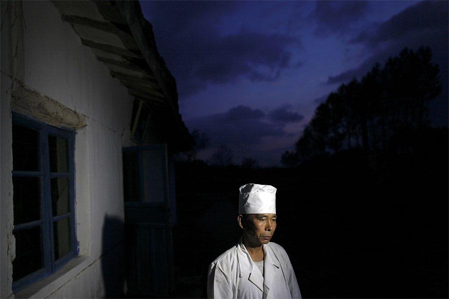 Врач больницы города Хэджу дает интервью телевидению. © Damir Sagolj/Reuters